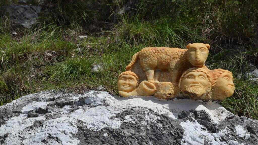 Una delle sculture in pietra ad opera di Francesco Mangieri lungo l'itinerario 1 Naturarte - Crediti foto: Ufficio Informazioni Turistiche di Praiano