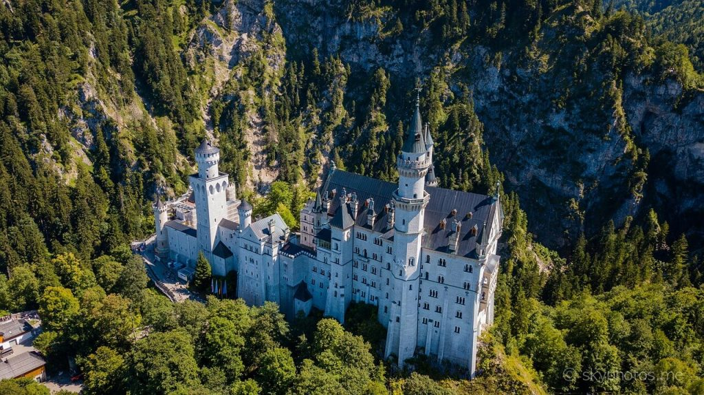 Il castello di Neuschwanstein visto dall'alto