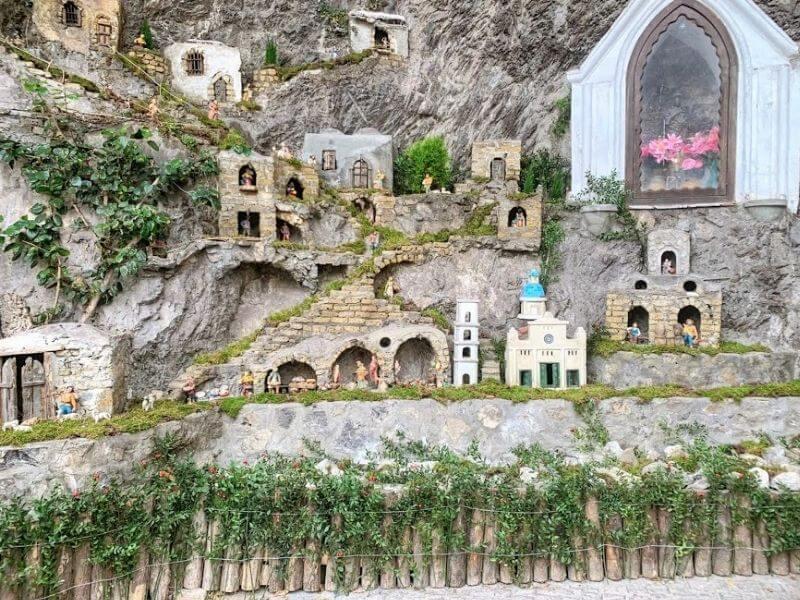 Presepi permanenti in Costiera Amalfitana: Presepe nella grotta di Fornillo a Positano