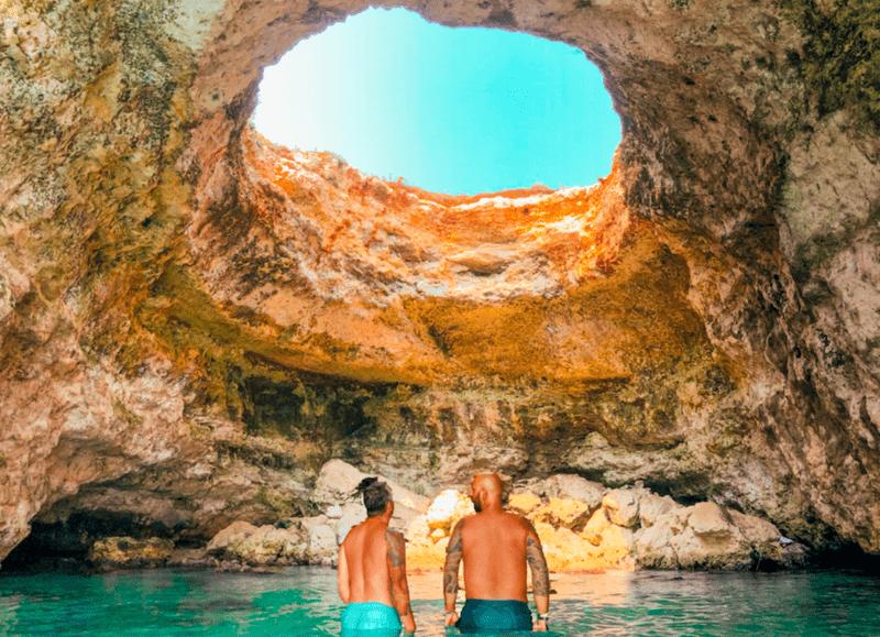 Viaggi LGBTQ+: Daniele e Luigi di Gayly Plant presso la baia del mulino d'acqua a Otranto.
