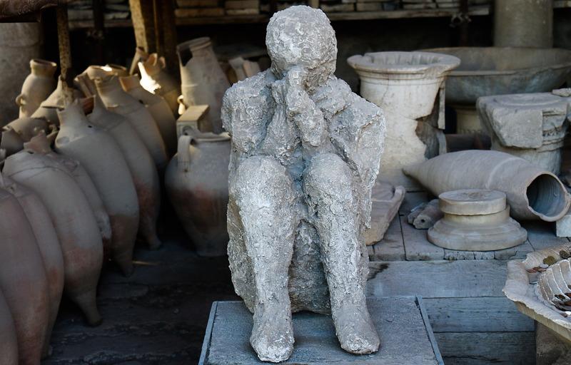 Alcuni dei ritrovamenti del parco archeologico scavi di Pompei: un calco umano e anfore di varia misura