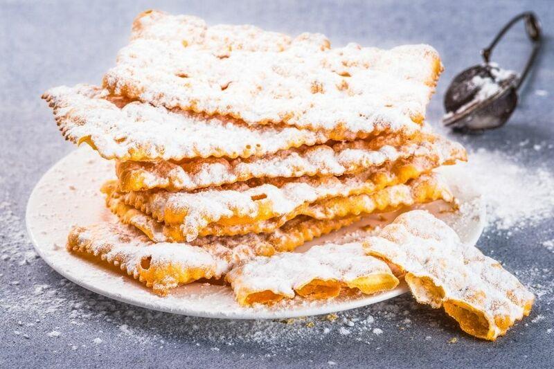 Le chiacchiere di carnevale: cialde sottili e croccanti ricoperte da zucchero a velo.