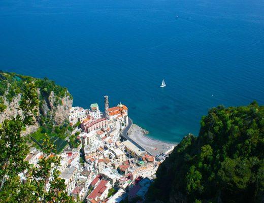 La strada che permette di andare da Amalfi a Ravello passa attraverso Atrani.