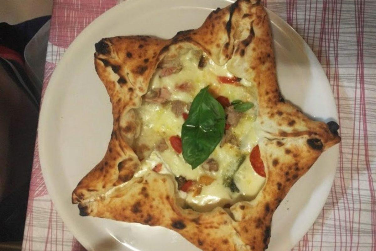Pizza a forma di stella a cinque punte. Ogni punta è ripiena con ingredienti diversi a gusto dello chef. La specialità della pizzeria ai Galli ad Agerola.