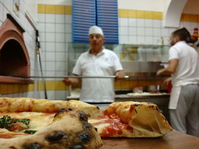 Soffice e gustosa la pizza alla pizzeria ai Galli viene cotta rigorosamente nel forno a legna