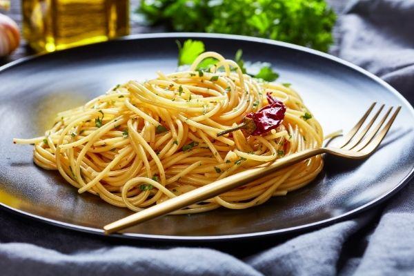 Spaghetti, aglio, olio, peperoncino e colatura di alici di Cetara Dop