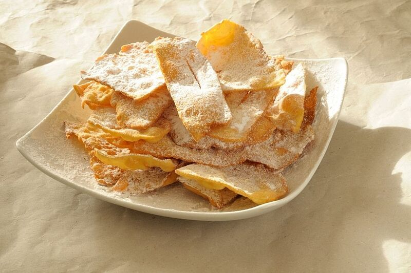 Chiacchiere di carnevale: croccanti cialde fritte e poi ricoperte di zucchero filato.