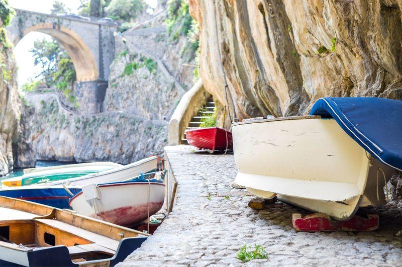 Le barche usate dai pescatori locali per andare a pesca e poi risposte in fila ai piedi del fiordo di Furore