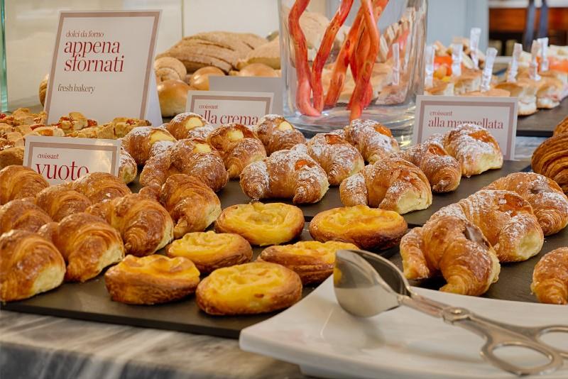 La colazione a buffet presso l'hotel NH Porta Rossa di Firenze.
