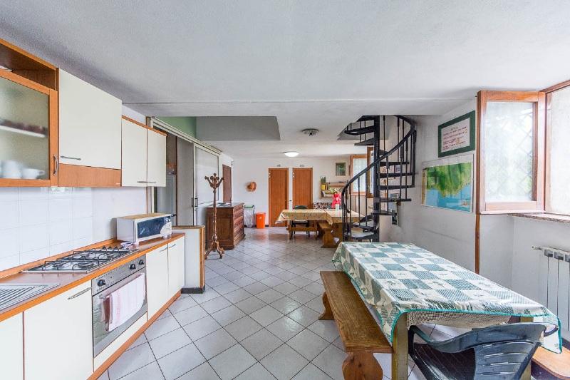 La cucina attrezzata e gli spazi comuni all'ostello Beata Solitudo ad Agerola